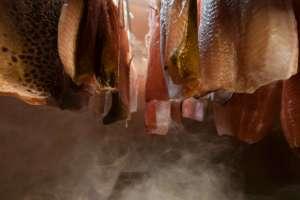 beim kalträuchern - © ferdinand neumüller